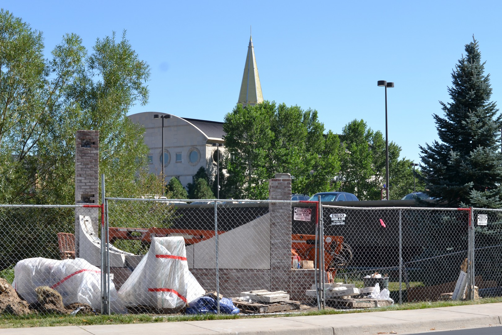 Over the summer, construction began on a new sign off of Buchtel and High Streets which will replace the old University of Denver welcome sign. In preparation for the debate, this is one of  several sites of construction throughout the DU campus.